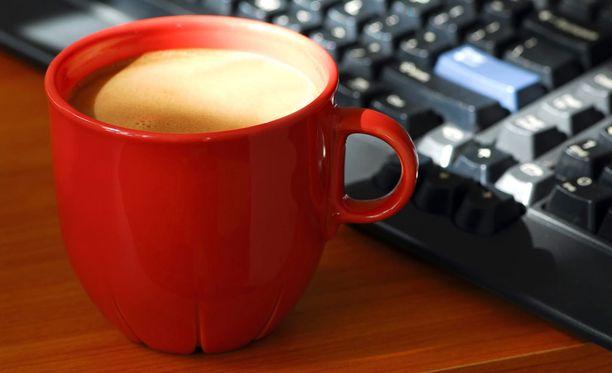 Aamukahvi kannattaisikin juoda vasta siinä vaiheessa, kun on ehtinyt töihin.