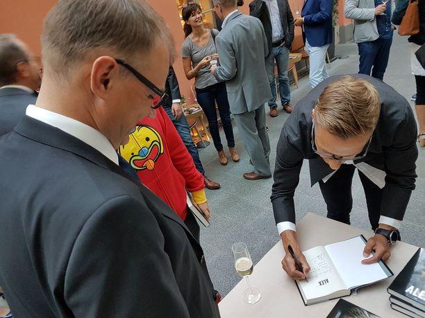Stubb kirjoitti yhteisen omistuskirjoituksen Juha Sipilälle ja tämän puolisolle Minna-Maarialle.