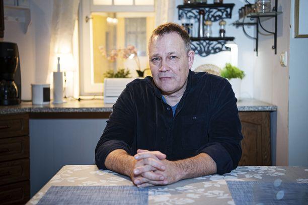 Timo Jurkka myöntää, että Lasse Sievinen osaa tehdä paremmin hirvipaistia kuin hän itse. –Minulla on kotona hirvipaisti, mutta en ole vieläkään keksinyt, että mitä sille teen. Siellä se on pakkasessa, näyttelijä sanoo.