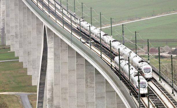 Uuden junaradan sillat eivät kestä rahtijunia.