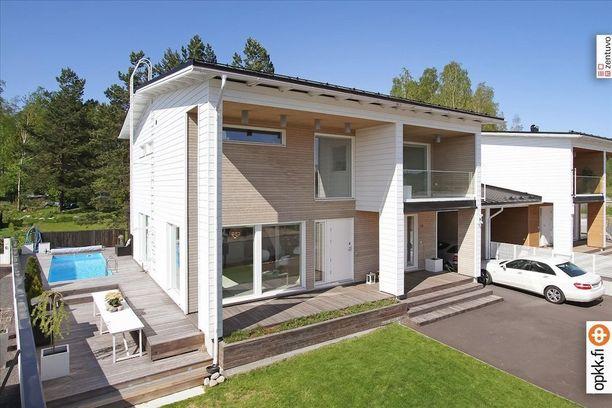 Tämä arkkitehdin suunnittelma ja vuonna 2013 rakennettu omakotitalo sijaitsee Sipoonrannassa.