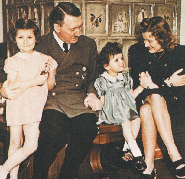 Adolf Hitlerin ja Eva Braunin kanssa kuvassa Gitta ja Ursula Schneider, jotka vierailivat Berghofissa äitinsä, Evan ystävän Herta Schneiderin kanssa.