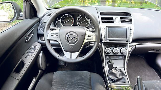 HILLITTY Mazda kuutosen kojelauta on ulkomuotoa konservatiivisempi ilmestys.
