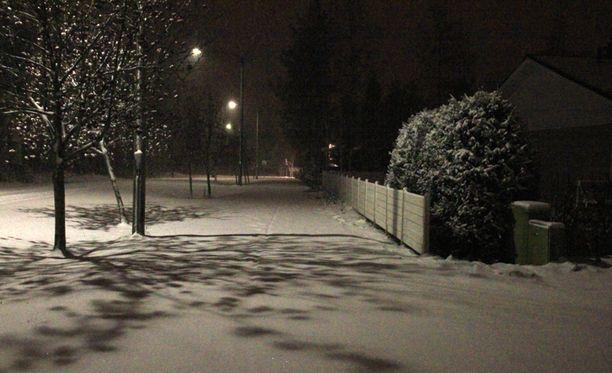 Lunta sataa nyt maan keski- ja pohjoisosiin. Lukijan kuva tiistai-illalta Kempeleestä.