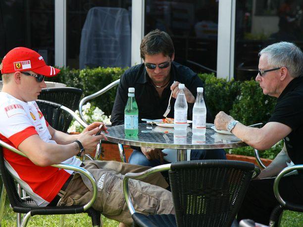 Managerit David (oikealla) ja Steve Robertson ottivat Kimi Räikkösen siipiensä suojaan kauden 1998 päätteeksi. David Robertson kuoli vuonna 2014, mutta Steve hoitaa yhä Räikkösen sopimusasioita.