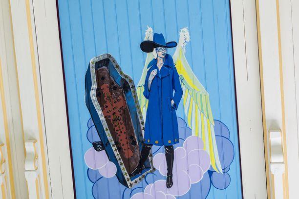 Kati Josefiina -niminen enkeli on pukeutunut maalausaikakauden muotiin.