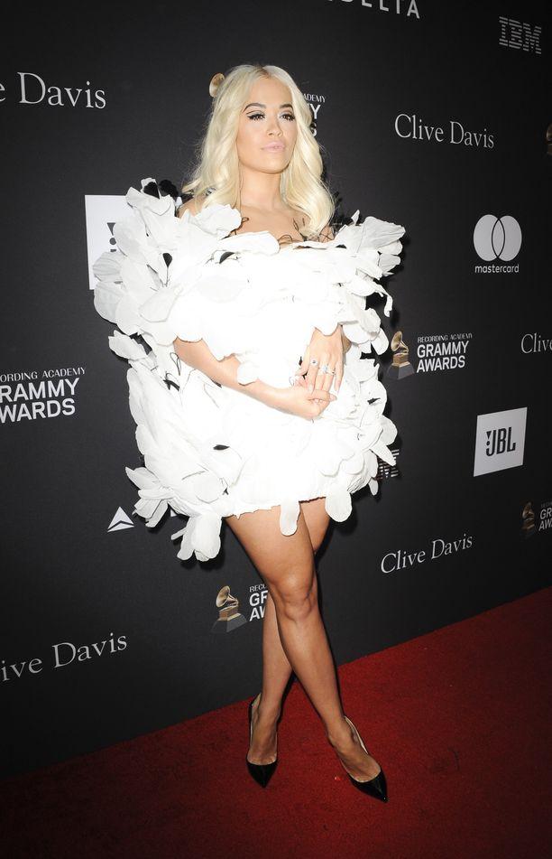 Rita Ora oli pukeutunut paperiseen kukkamekkoon.