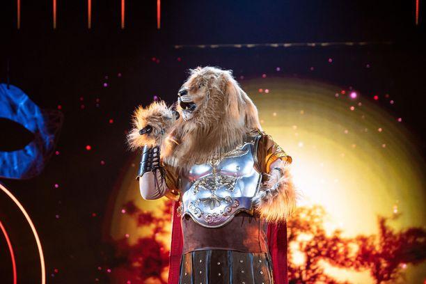 Masked Singer -panelistit uskovat tietävänsä, kuka piileskelee Leijonan rooliasun takana.