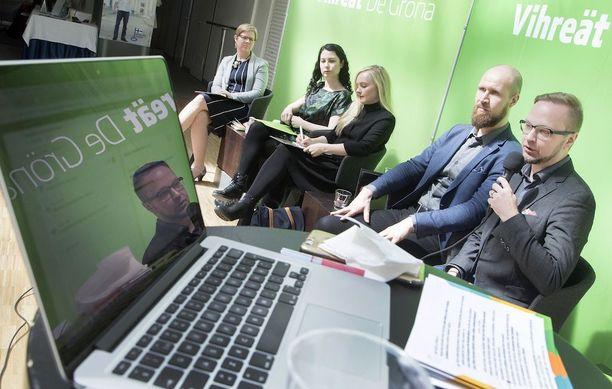 Vihreiden puheenjohtajaksi pyrkivät Krista Mikkonen (vas.), Emma Kari, Maria Ohisalo, Touko Aalto ja Olli-Poika Parviainen. Vihreät valitsevat uuden puheenjohtajan 17. kesäkuuta. Aalto ja Kari saivat Ylen tuoreessa kyselyssä 25 prosentin kannatuksen. Kolmanneksi suosituin ehdokas kyselyssä oli Maria Ohisalo kuuden prosentin kannatuksella.