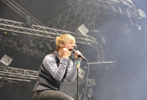 Disco Ensemblen laulajan Miikka Koiviston vimmainen lavakarisma lietsoi energiaa sään kaltoin kohtelemaan yleisöön.