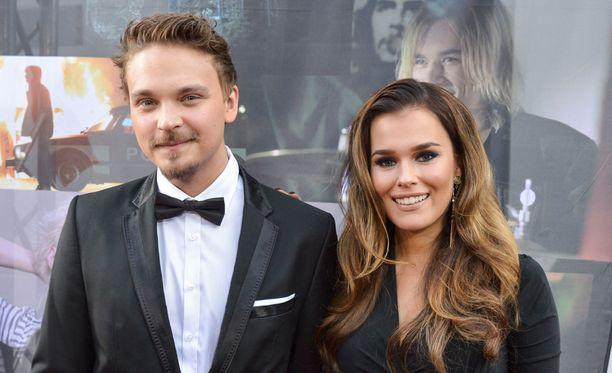 Roope ja Sara poseerasivat yhdessä Tuukka Temosen Teit meistä kauniin -elokuvan ensi-illassa syyskuussa.