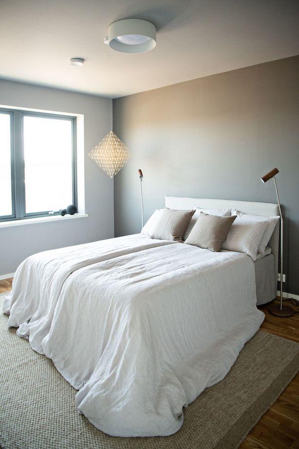 Jos et uskalla maalata seiniä ja kattoa samalla värillä, kokeile maalata katto muutamaa astetta seiniä vaaleammaksi. Jo se muuttaa huoneen ilmeen pehmeämmäksi.