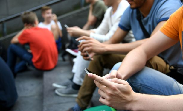 Kaivopihalla on viimepäivinä näppäilty puhelimia ahkerasti.