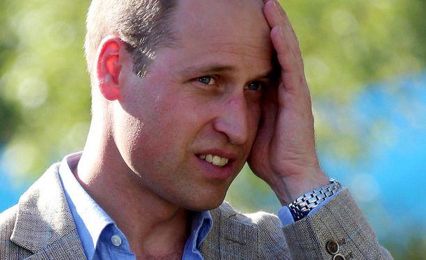 Prinssi William pelasi eilen jalkapalloa paikallisten nuorten kanssa. Nuoret opettivat prinssiä porottavan auringon alla.