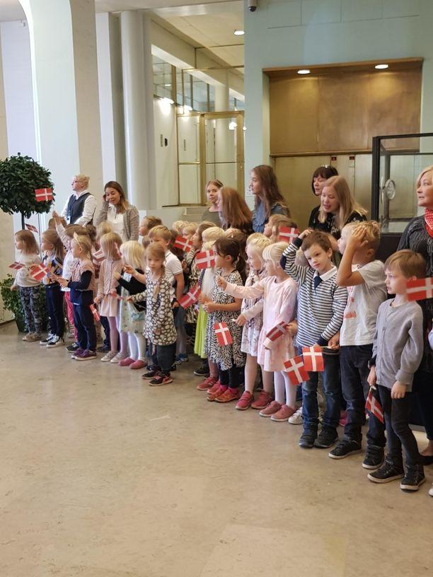 Ilmassa oli jännitystä lasten odottaessa kruununprinsessa Marya.