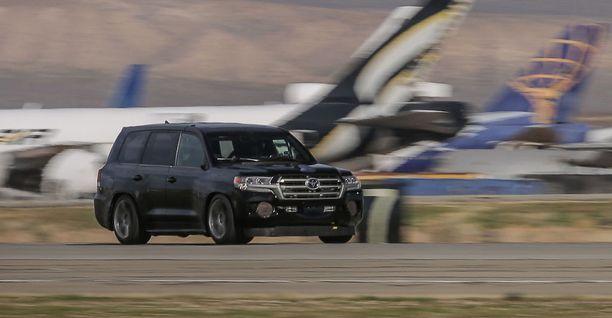 Matalalla makaava ennätysauto kiisi 368 km/h huippunopeutta.