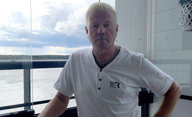 Yrittäjä Jukka Paukun ja hänen vaimonsa 35-vuotismatka Mallorcalle vaihtui Finnairin koneesta poistamisen jälkeen äkkilähtöön Fuengirolan maisemiin.