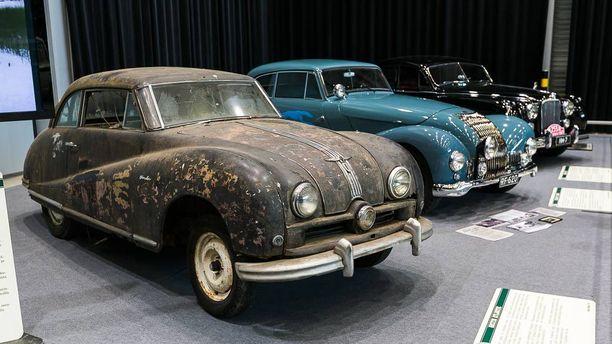 Rivissä 1950-luvun ralliautoja.