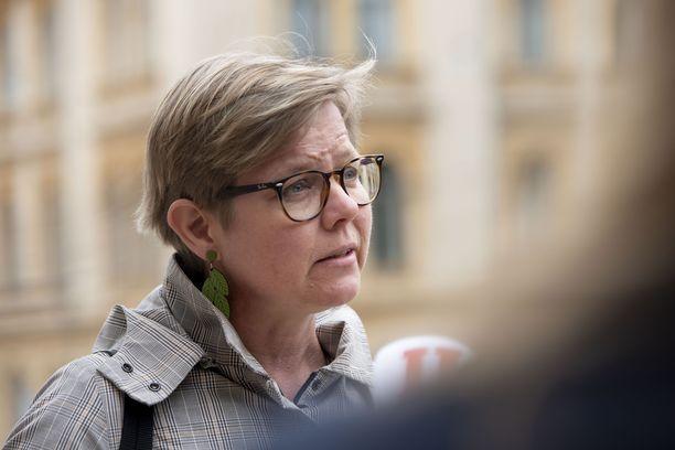 – Tuemme öljylämmityksestä luopumista sekä lisäämme sähköautojen latauspaikkoja ja laajennamme biokaasun tankkausasemien verkostoa, ilmasto- ja ympäristöministeri Krista Mikkonen (vihr) kertoo.