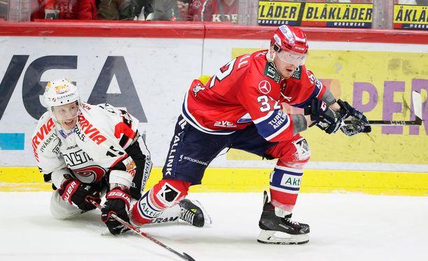 Lennart Petrellin HIFK raivasi JYPin tieltään.