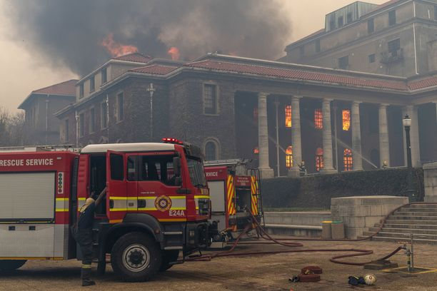 Kapkaupungin liki 200 vuotta vanha yliopiston kirjasto on osin tuhoutunut.