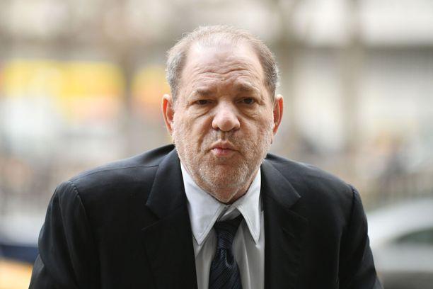 Harvey Weinstein saapui oikeudenkäyntiin rollaattorin kanssa.