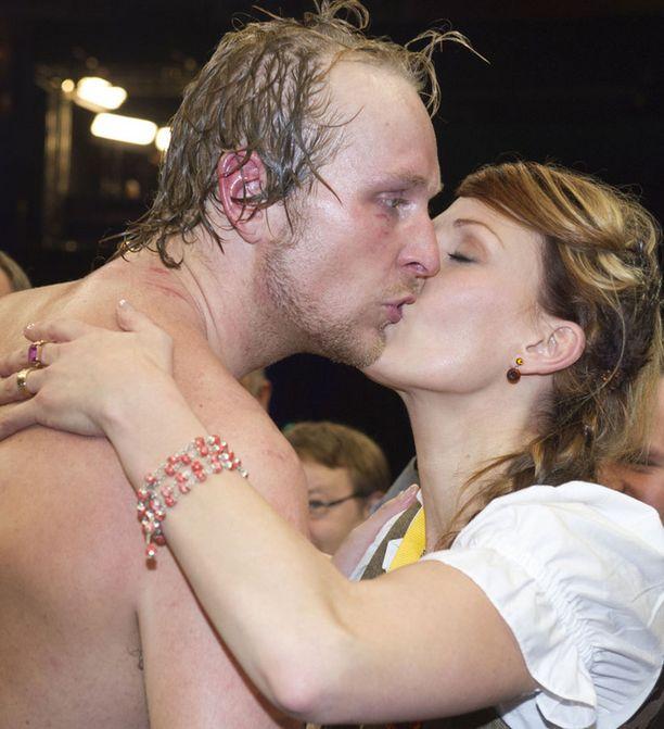 Sandra-vaimo antoi suudelman voittajalle.