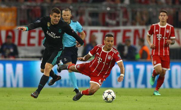Real Madridin Mateo Kovacic (vas.) ja Bayern Münchenin Thiago Alcântara ovat vastakkain tänäkin iltana.
