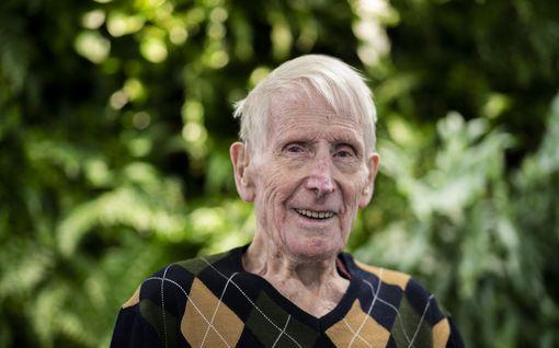 """Armas hylättiin vauvana roskikseen – talvisodassa hän selvisi ainoana elossa kranaattisateesta ja 100-vuotiaana sai """"natsansa"""" takaisin"""
