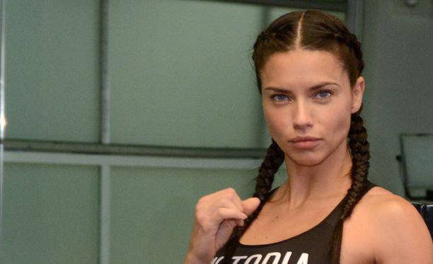 Adriana Lima poseerasi kuvaajille nyrkkeilysalilla.
