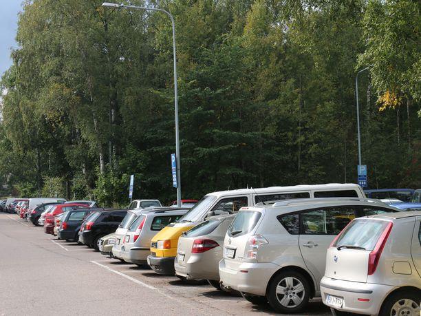 Parkkiin. Liikenneturva muistuttaa, että peruuttaminen on helpompaa ja turvallisempaa tullessa tyhjään ruutuun kuin lähtiessä liikenteen joukkoon