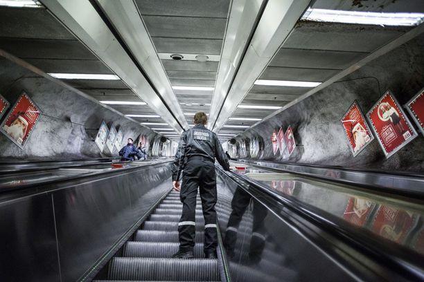 Vartijat voivat työskennellä pareinakin, jos ympäristö on rauhatonta, kuten metrossa. Aina näin ei kuitenkaan ole ollut. Kuvituskuva.