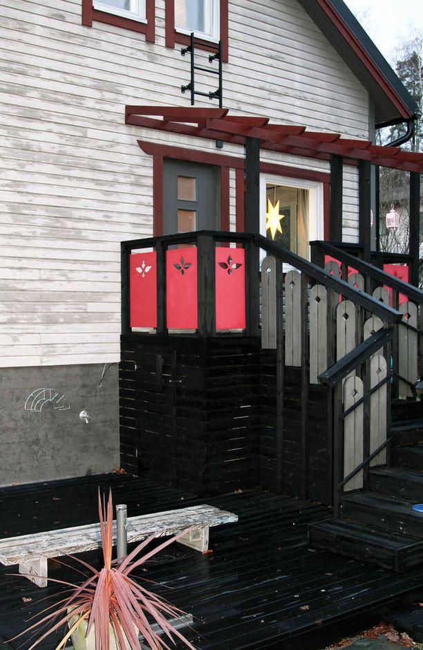 Tämä ovi tehtiin taloon vasta remonttien yhteydessä ja se vie takapihan terassille.