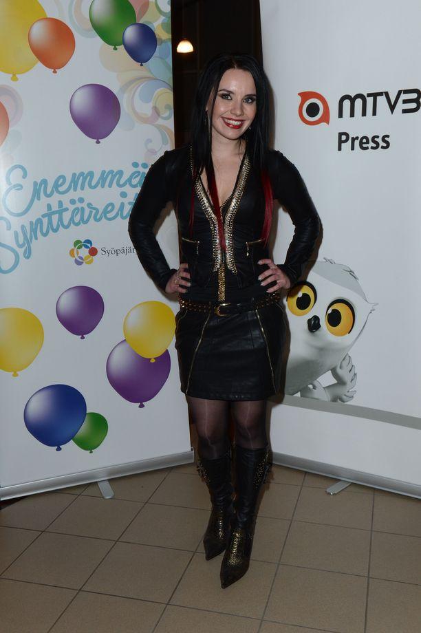 Anneli Mattila osallistui Syksyn sävel -laulukilpailuun rokahtavassa asussa vuonna 2012.
