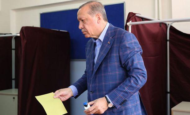 Presidentti äänesti koulussa Istanbulissa sunnuntaina.