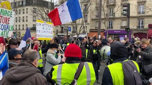 Keltaliivit osoittivat mieltään Pariisissa lauantaina.