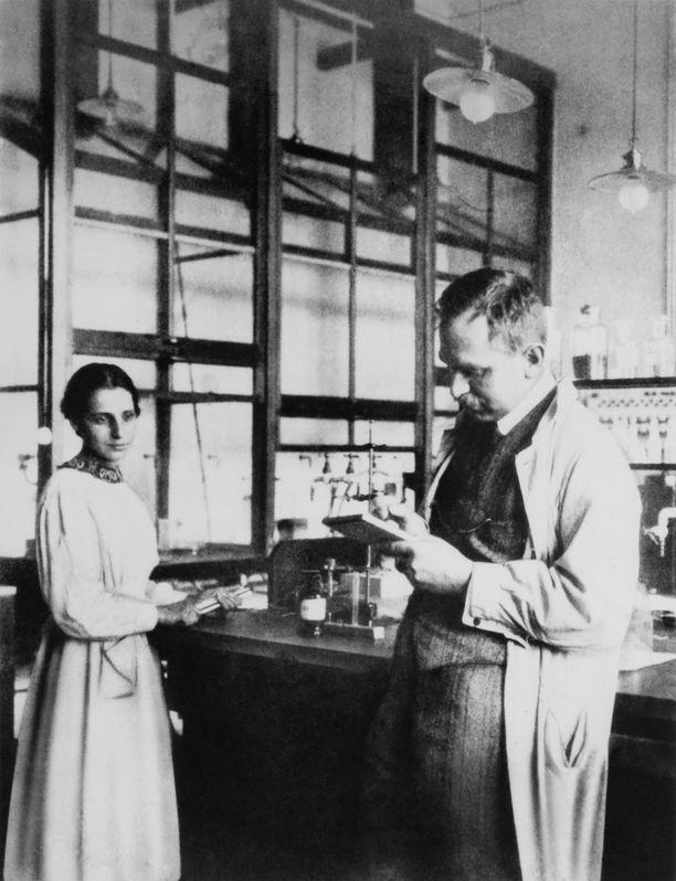 Lise Meitner ja Otto Hahn yhdessä työn äärellä Berliinissa vuonna 1913.