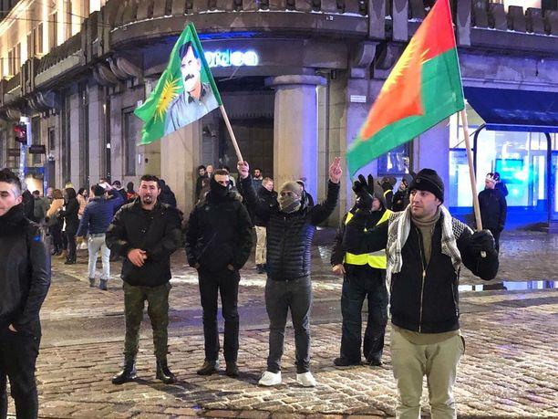 Mielenosoittajat vastustavat Syyriassa tapahtuvia pommituksia.