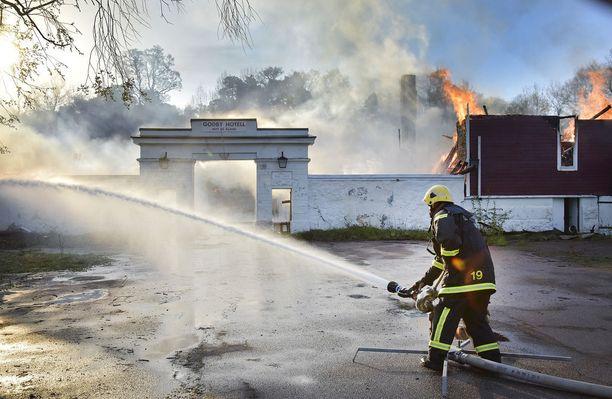 Pelastuslaitoksen saapuessa paikalla tulipalo oli jo täyden palon vaiheessa.