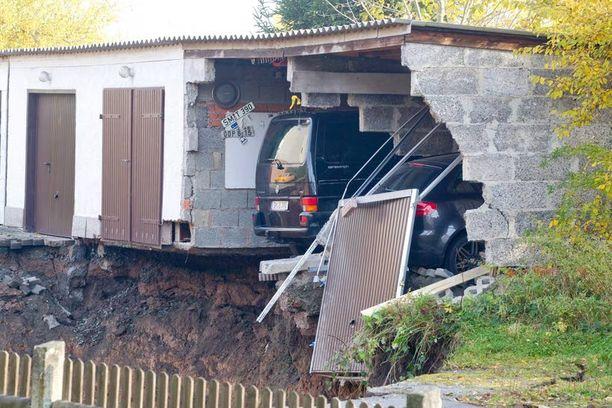 Osa autotallin seinää ja yksi auto romahti montun pohjalle. Pari autoa pelastui täpärästi.
