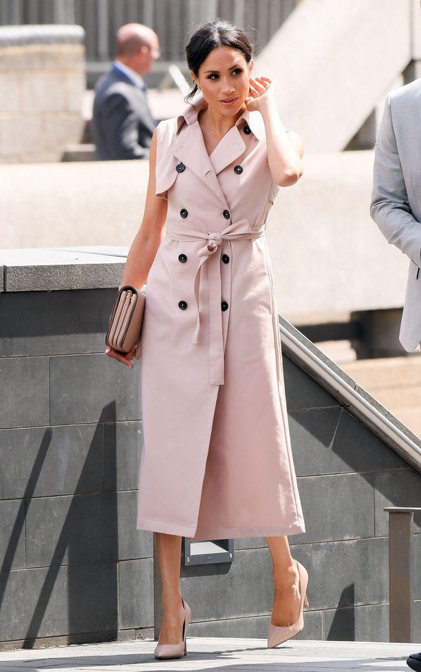Mikäpä olisi brittiläisempi vaate kuin perinteinen trenssi? Tämä Nonien muodikas mekko lainaa vaikutteita klassikkotakista - ja on Meghanille sopivan moderni valinta!