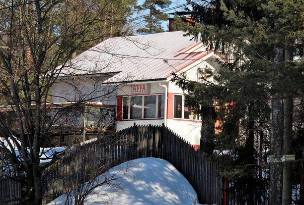 Niskanen istuu Helvetin enkeleiden Suomen päämaja -kiinteistön hallituksessa. Taloyhtiön tontilla on muitakin rakennuksia kuin kuvan kadulle näkyvä talo.