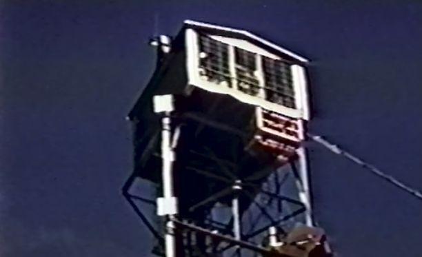 Tällaiseen torniin Clark kumppaneineen kiipesi pommia purkamaan. Kiinni sinetöidylle ylätasanteelle päästiin murtautumaan rautasahalla.