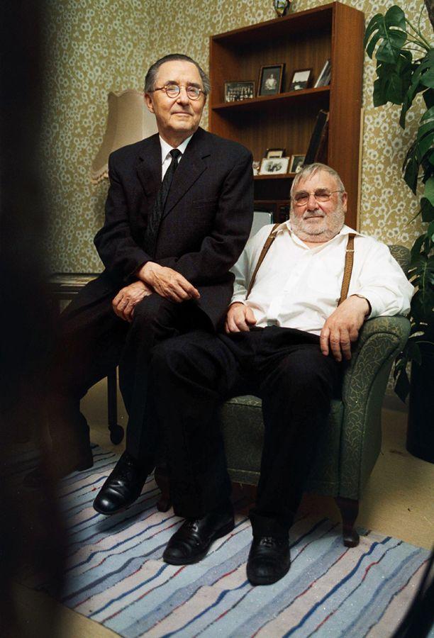 Hukkanen muistetaan muun muassa Pekko Aikamiespoika -elokuvista, Velipuolikuu- ja Tuliportaat-sarjoista sekä roolistaan Simpauttaja-elokuvassa. Kuva tv-elokuvan Kekkosen kaveri kuvauksista vuodelta 2000. Oikealla näyttelijä Ahti Kuoppala.