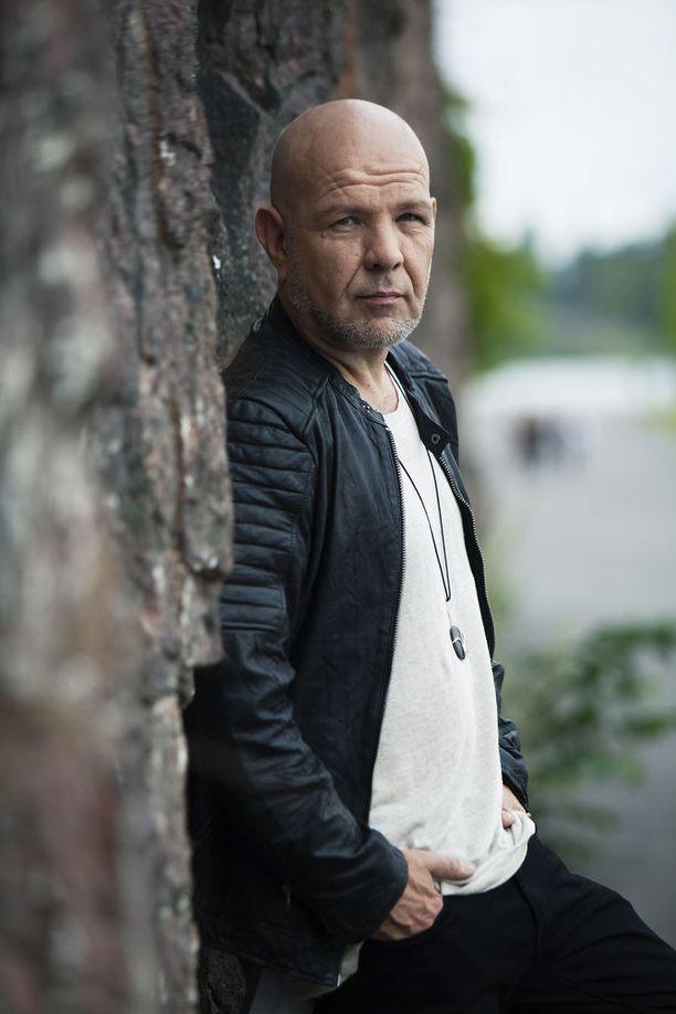 Jari Karjalainen myöntää, että edesmenneen Aki Sirkesalon biisehin tarttuminen vaati hienovaraista lähestymistä. Hän ei halunnut matkia, vaan tehdä biisit omalla tavallaan niiden alkuperää silti kunnioittaen.