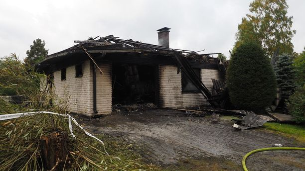 Pelastuslaitoksen savusukeltajat saivat äidin ja tyttären ulos palavasta talosta.
