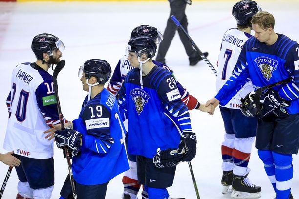 Veli-Matti Savinainen (19) ja Kaapo Kakko kättelivät vastustajat ottelun päätyttyä.
