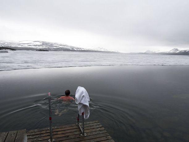 Perjantaina Lapissa, Koillismaalla ja Kainuussa herätään todennäköisesti maa valkoisena tai lumi sataa viimeistään aamulla. Kuva muutaman vuoden takaa juhannuksena Ylä-Kilpisjärveltä.