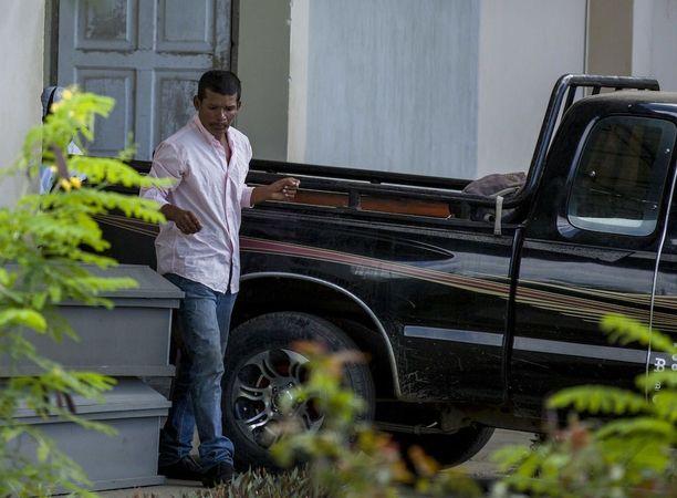 Reynaldo Peralta Rodriguez lähti ruumishuoneelta vaimonsa Vilma Trujillon arkun kanssa Nicaraguan Managuassa.