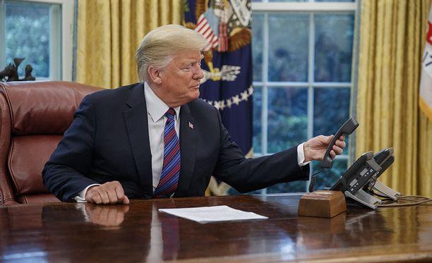 Donald Trump yritti maanantaina selvittää, kuinka puhelin toimii Valkoisen talon työhuoneessa.